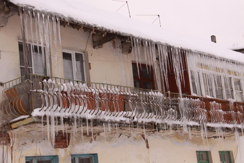 Внимание на крыши: не попасть под снежную глыбу и сосульки к.