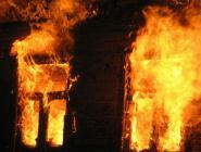 Женщина погибла, многоквартирный дом уничтожен: дознаватели выясняют обстоятельства пожара в Котласском районе