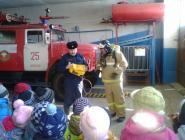 Коряжемские огнеборцы провели занятие с дошколятами из «Незабудки»
