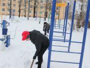 Активисты Народного фронта расчистили от снега объекты зимнего отдыха в Коряжме