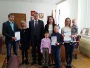 В Коряжме молодым семьям вручили жилищные сертификаты