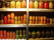 Любителям солений напомнили о штрафах за хранение закаток в подвалах домов