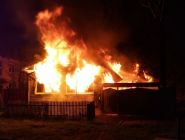 Пожарный, будучи в отпуске, прибежал помогать своим коллегам тушить дом